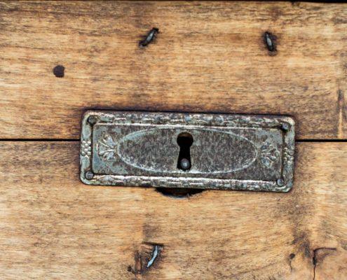 comoda antigua de madera estilo vintage rustica