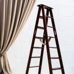 escalera-antigua-vintage-madera-oscura-decoracion-atrezzo-boda-bodas