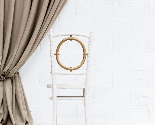 silla de madera color blanco y dorado