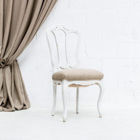Decoración vintage de bodas con silla de madera blanca decapado y asiento en lino color natural.