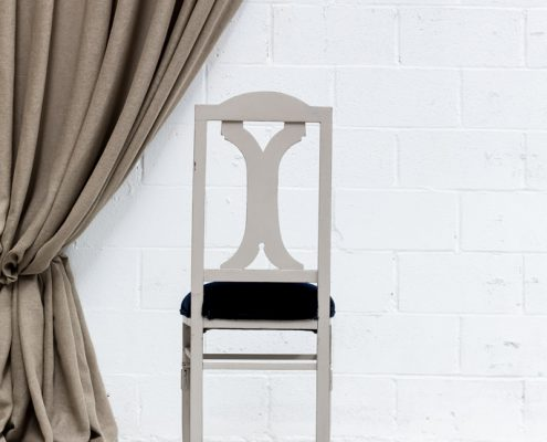 silla de madera vintage asiento tapizado en terciopelo color azul marino