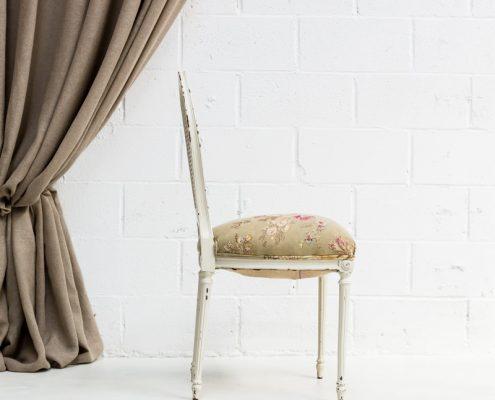 silla antigua estilo romantico de madera y rejilla color blanco decapado y tela de flores color beige y rosa palo