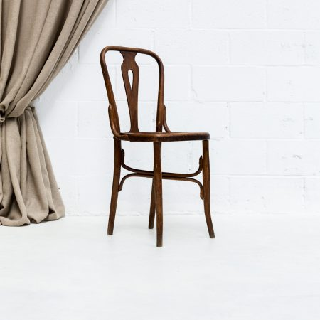Decoración vintage de eventos con silla de madera estilo bistro