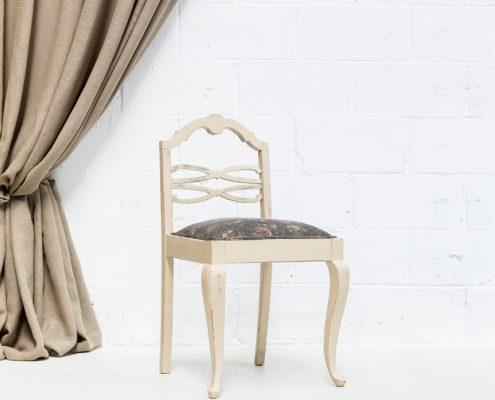 silla de madera estilo vintage con asiento en tela estampada con flores color gris