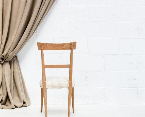 silla infantil de madera estilo nordico para niños tapizada en tela de cuadros color clarito