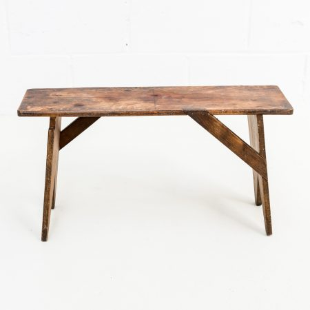 Muebles vintage - taburete bajo de madera estilo rústico vintage