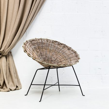 Decoración original de bodas con silla o sillón estilo nórdico de mimbre color gris y patas de forja