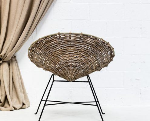 silla o sillon estilo nordico de mimbre color gris y patas de forja