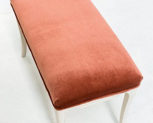 banco de madera estilo vintage romantico tapizado en terciopelo color rosa palo