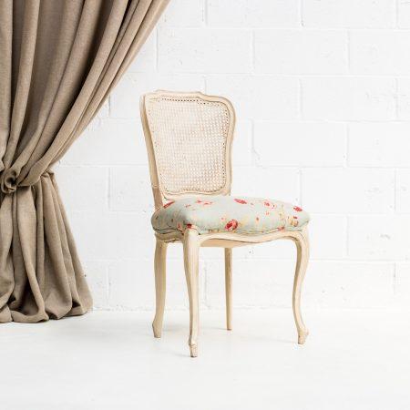 Decoración romántica de bodas con silla estilo afrancesado con respaldo rejilla y asiento estampado