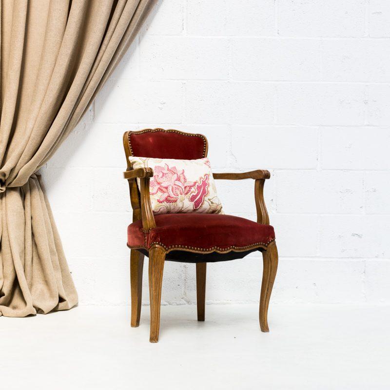 Decoración vintage de bodas en Madrid con sillón butaca antiguo estilo romántico de madera, tapizado terciopelo color vino