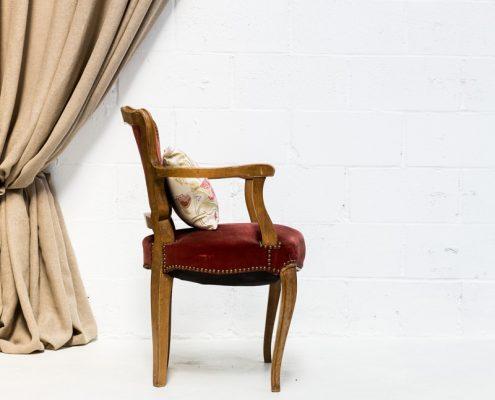 sillon butaca antiguo estilo romantico de madera y tapizado en terciopelo color vino