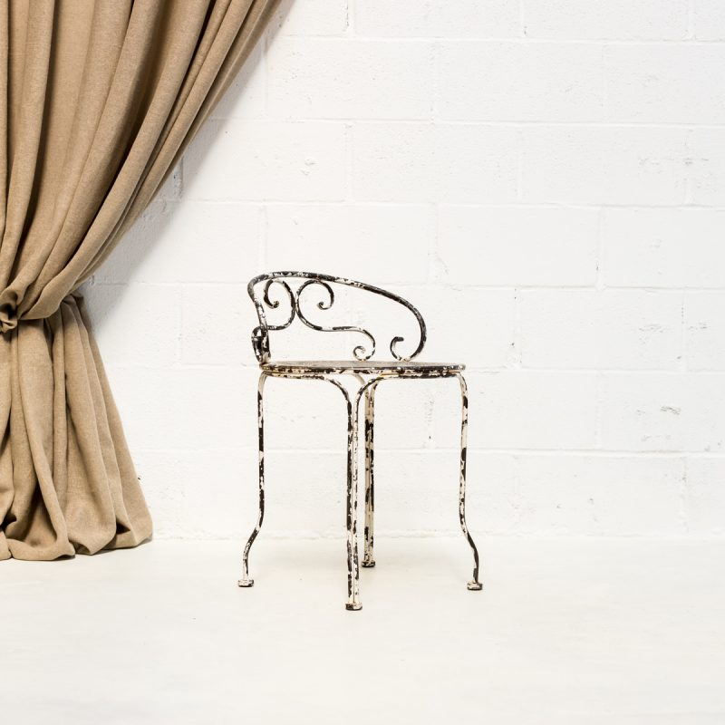 Decoración de bodas en Madrid con silla de forja estilo afrancesado