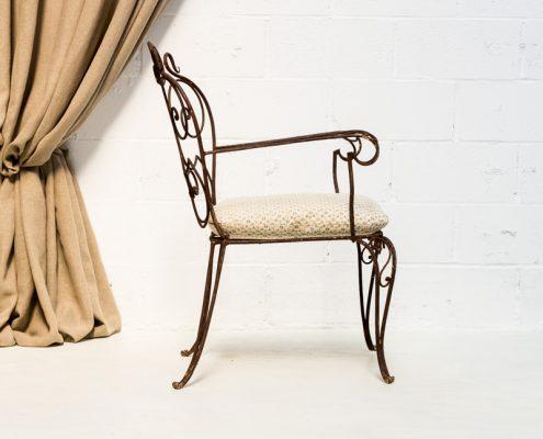 silla de forja estilo afrancesado en color marron y cojin en el asieto