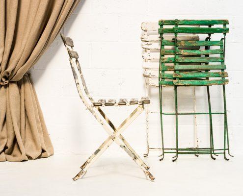 silla vintage estilo bistro plegable de madera color blanco y verde desgastado