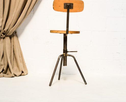 taburete de madera estilo industrial con altura ajustable y respaldo