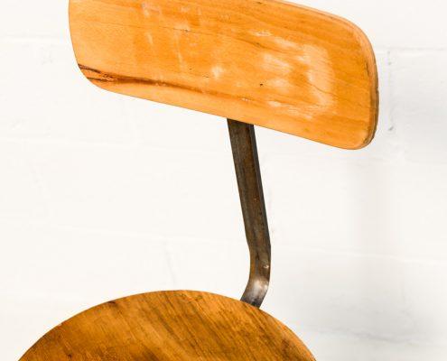 taburete de madera estilo industrial con altura ajustable con respaldo
