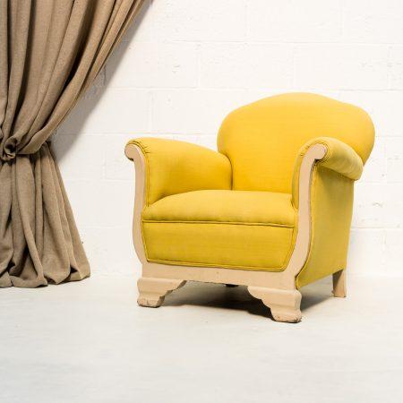 Decoración de rincones en Madrid con este sillón butaca vintage color mostaza amarillo