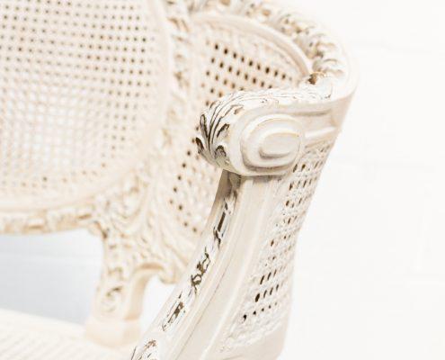 sillon antiguo dos plazas estilo romantico de mandera y rejilla color blanco roto decapado