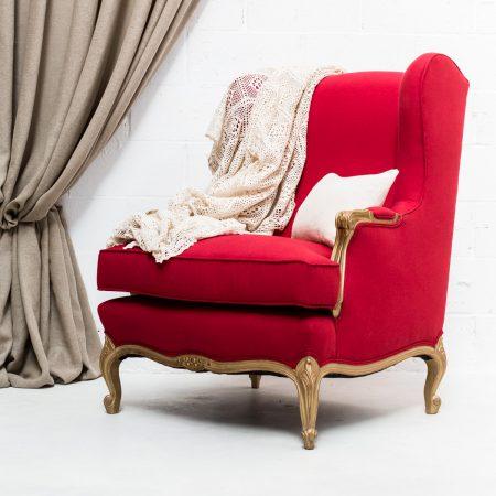 Decoración de bodas en Madrid, sillón butaca vintage de color rojo y madera en dorado envejecido
