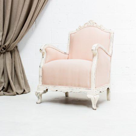 Decoración de eventos en Madrid, sillón butaca antiguo estilo romántico de madera decapado rosa
