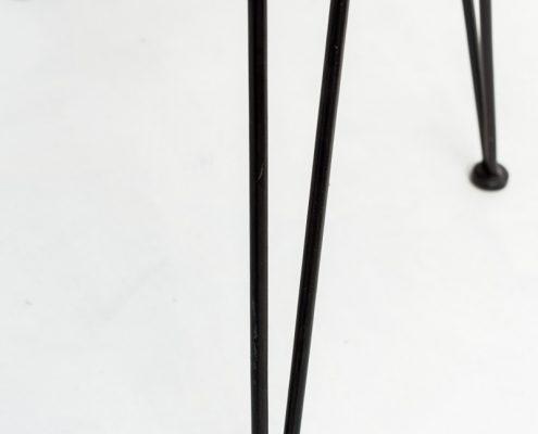 silla estilo nordico de fibra natural y patas negras de hierro