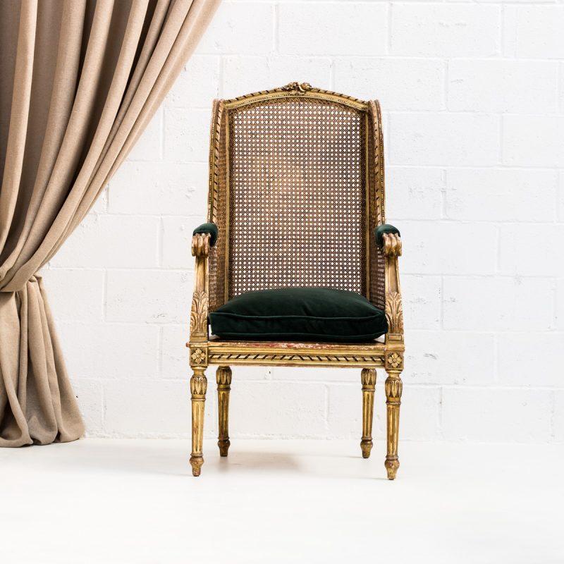 Decoración vintage de bodas en Madrid, sillón estilo luis xvi rejilla color dorado y asiento en terciopelo verde