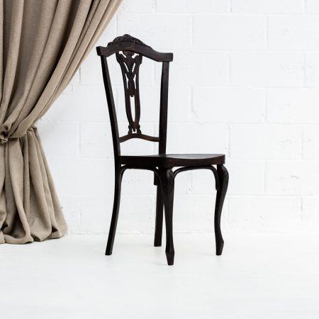 Decoración vintage de bodas en Madrid, silla de madera color oscuro estilo rústico