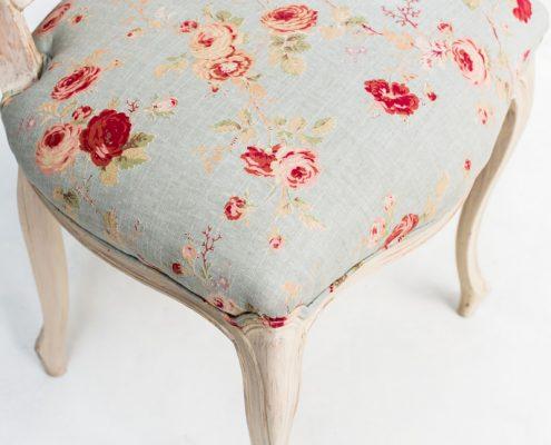 silla antigua estilo afrancesado con respaldo en rejilla y asiento en estampado color azul beige y rojo