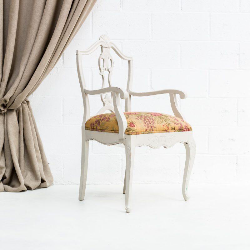 Decoración original de eventos con esta silla de madera gris asiento estampado de flores