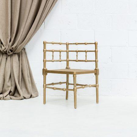 Decoración de rincones con este banco esquinero color dorado y asiento rejilla