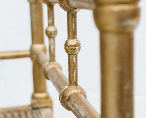 banco esquinero color dorado con asiento en rejilla
