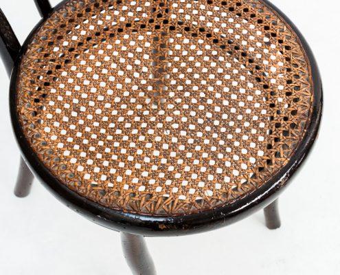 silla antigua estilo thonet con asiento en rejilla