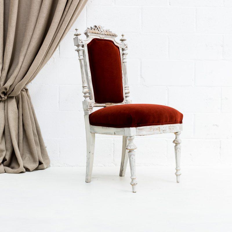 Decoración romántica de bodas, silla palaciega estilo luis xvi tapizado en terciopelo rojo