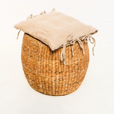 Decoración vintage de bodas con taburete de tejido natural redondo con cojin