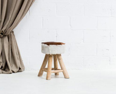 taburete estilo nordico con asiento en piel de cabra
