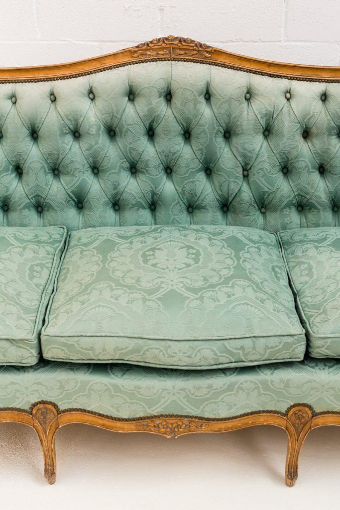 Sof roussillon memorias del ayer alquiler mobiliario for Sofa estilo romantico