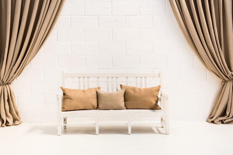 Decoración romántica de bodas con este banco vintage de madera color blanco