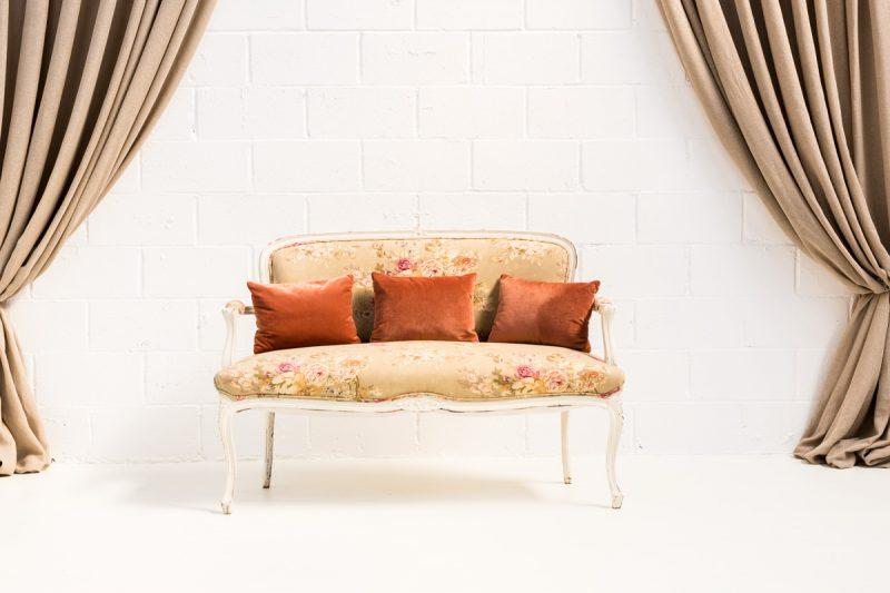 Decoración de bodas en Madrid, sofá vintage estilo romántico de madera color blanco decapado y tapizado en tela estampada