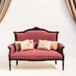 Decoración vintage de bodas con este sofá estilo romántico vintage de madera tapizado en tela malva