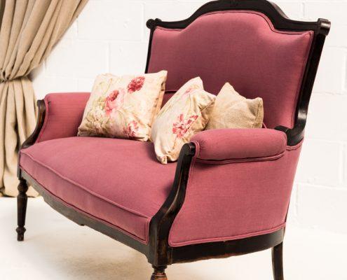 sofa dos plazas estilo romantico vintage de madera y tapizado en tela color malva