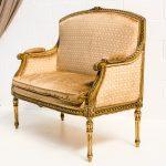 Decoración de eventos con sofá vintage estilo luis xvi color dorado y tapizado en terciopelo damasco dorado