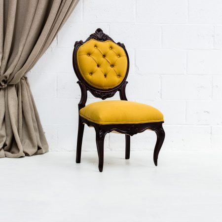 Decoración original de bodas, silla baja vintage de madera tapizada en color mostaza