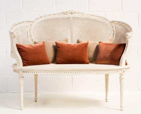 sofa antiguo dos plazas estilo romantico de mandera y rejilla color blanco roto decapado
