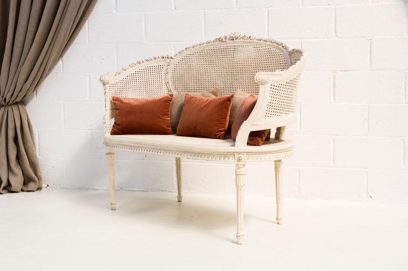 Decoración de bodas con sofá vintage estilo romántico de mandera y rejilla color blanco