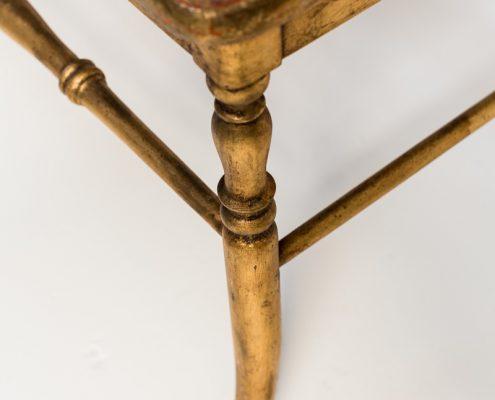 banco antigua de madera y rejilla color dorado envejecido