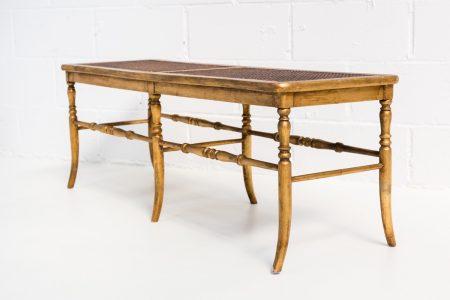 Muebles vintage en Madrid como este banco antiguo de madera y rejilla color dorado