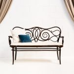 Decoración vintage de eventos, sofá banco antiguoestilo thonet con asiento en tela estampada y aire romántico