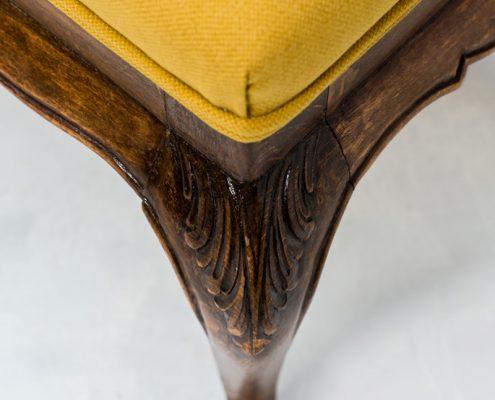 taburete bajo descalzador vintage de madera y tapizada en color mostaza