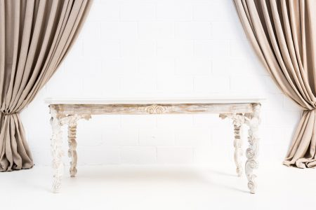 mesa estilo palaciego de madera color blanco y dorado envejecido
